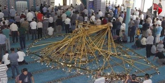 Kayseri'de cami avizesi düştü: 11 yaralı