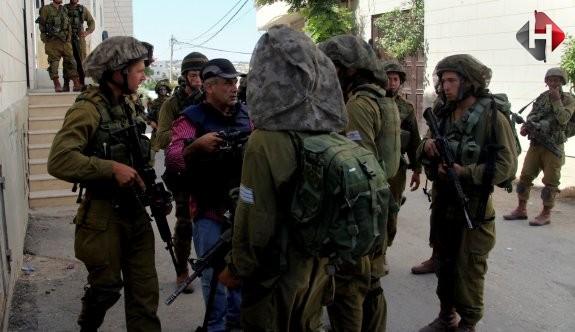 İsrail 10 Filistinliyi gözaltına aldı