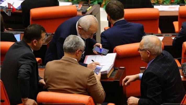 'Cumhurbaşkanlığı sistemi' milletvekillerinin imzasına sunuldu.