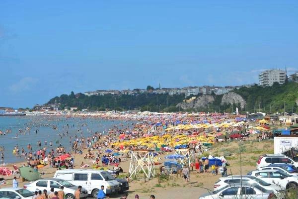 İstanbullular ve Suriyeliler Şile plajında