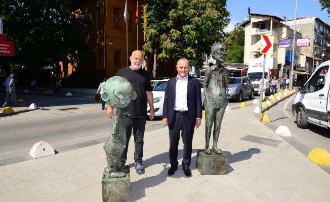 Avanak Avni heykeli, Kadıköy'de vatandaşları karşılıyor