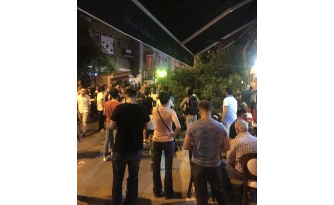 Kadıköy'de kafenin üzerine ağaç devrildi: 3 yaralı