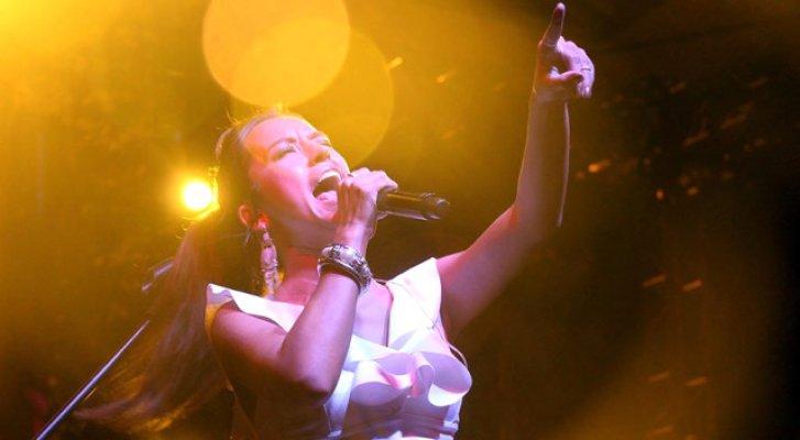 Tuğba Yurt Konseri Sırasında Kızarak Sahneyi Terk Etti
