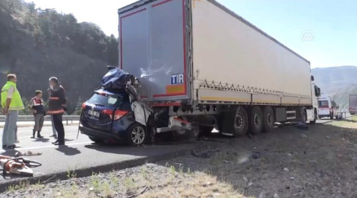 Ankara'da park halindeki TIR'a otomobil çarptı: 3 ölü