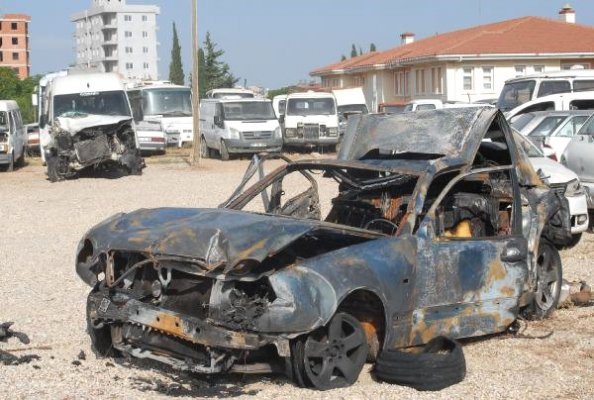 Antalya'da polisin durduğu otomobile minibüs çarptı: 2 ölü
