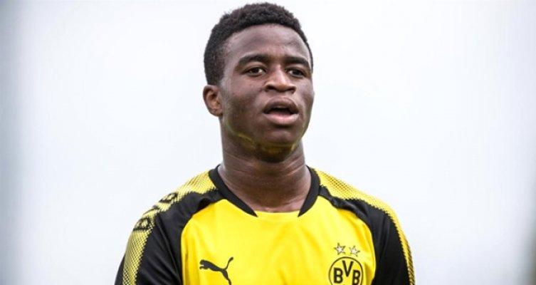 Borussia Dortmund'un Genç Yeteneği Yaşına Kimseyi İnandıramıyor