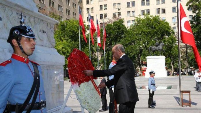 Bernardo O'Higgins'ın anıtına çelenk koydu