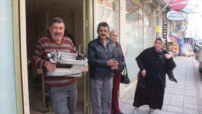 Samsun'da tekstil işçilerinin maaşları için atölye önünde beklemesi
