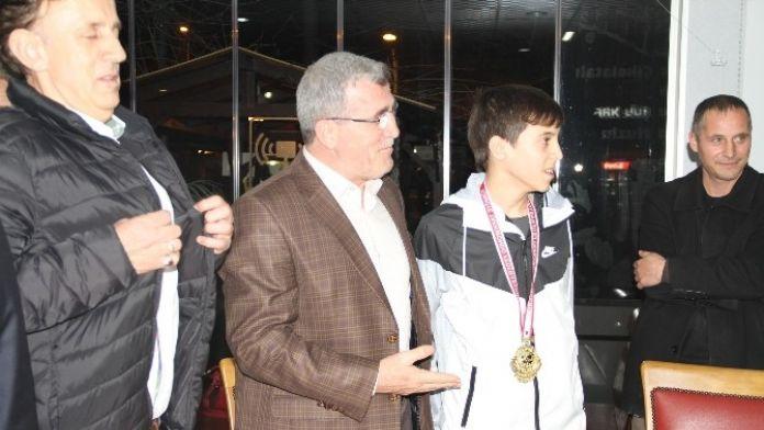 Başarılı Sporculara Başkan Akcan'dan Ödül