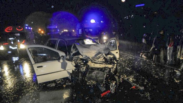 Niğde'de tırla otomobil çarpıştı: 3 ölü