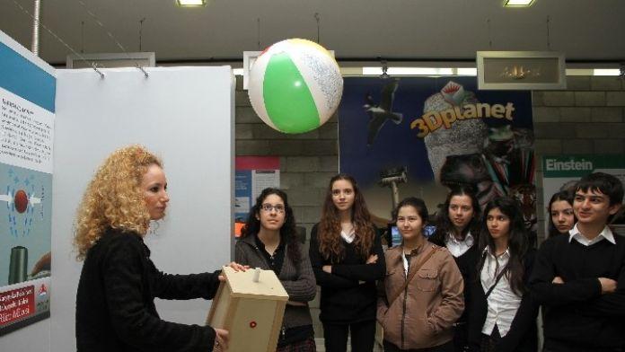 Karşıyaka'daki Bilim Müzesine Ziyaretçi Akını