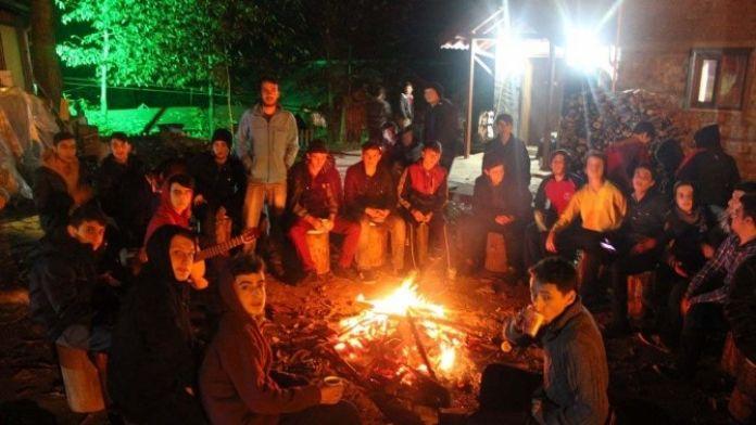 Tatilde Öğrenciler Kamplarda Ders Görüyor