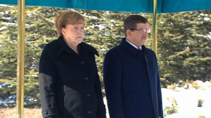 Angela Merkel törenle karşılandı