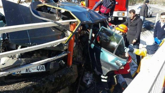 Bariyerler otomobile ok gibi saplandı: 4 yaralı