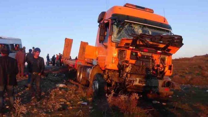 Öğrenci servisi TIR'la çarpıştı : 8 ölü