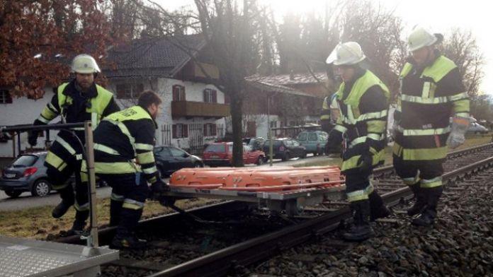 İki tren kafa kafaya çarpıştı: 8 ölü, 150 yaralı