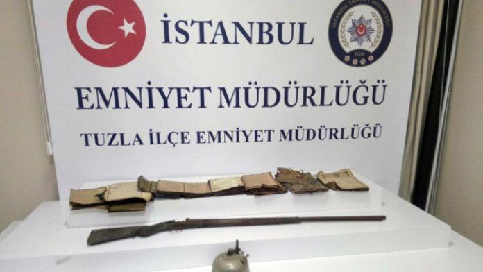 Tarihi tüfek ve Kur'an ele geçirildi