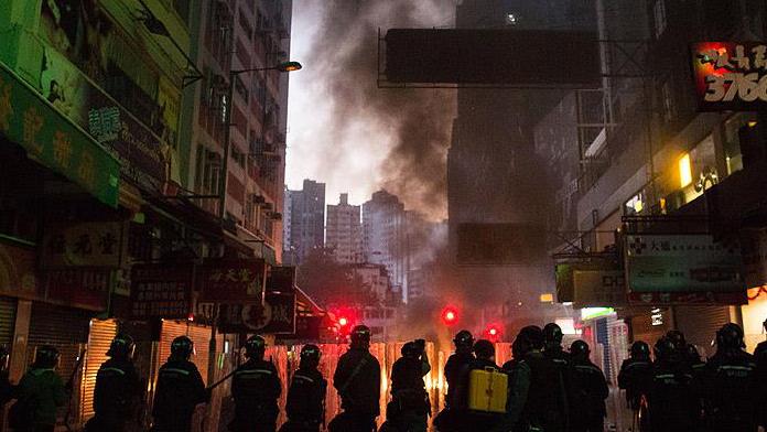 Hong Kong'da dehşet anları : 90 polis yaralı