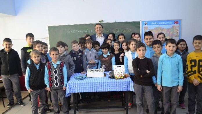 Öğrenciler Öğretmenlerine Doğum Günü Sürprizi Yaptı