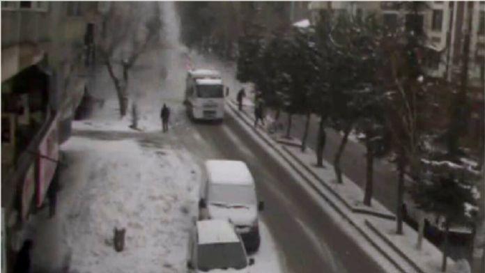 Tatvan'da kar kütlesinin düşme anı kameraya yansıdı