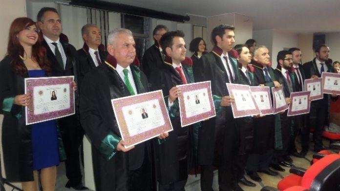 İzmir'de 10 Yeni Avukat Cübbelerini Giydi