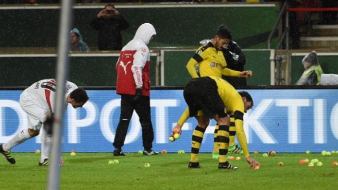 Dortmund taraftarı sahaya tenis topu yağdırdı