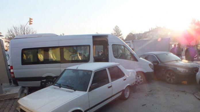 AK Partili gençleri taşıyan araç kaza yaptı: 3 yaralı