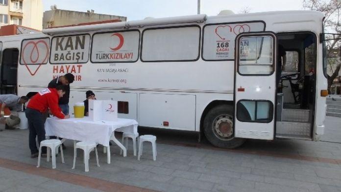 Burhaniye'de Kızılay'ın Kan Kampanyasına Yoğun İlgi