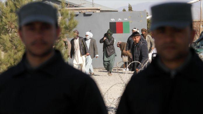 Afganistan'da 11 Taliban üyesi teslim oldu