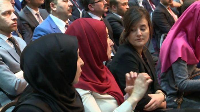 Başbakan'ın konuşmasını işaret diliyle anlattı
