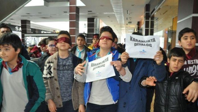 Tatvan'da Öğrencilere 'Karanlıkta Diyalog' Yürüyüşü