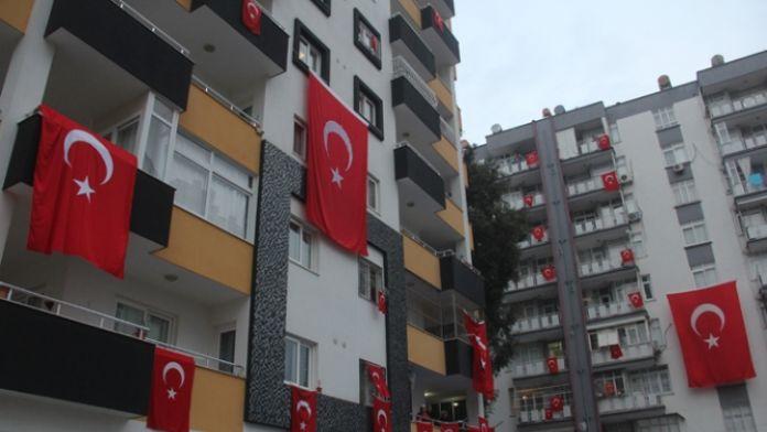 Şehidin mahallesi bayraklarla donatıldı