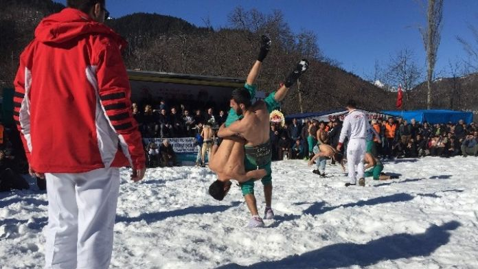 Kar Üstünde Güreştiler