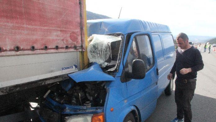 Sürücü uyuyunca minibüs TIR'ın altına girdi
