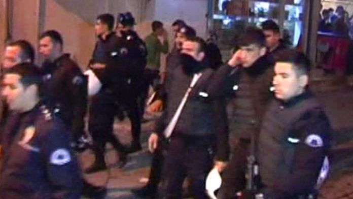 Polise saldırmak isteyen terör yandaşlarını vatandaşlar kovaladı