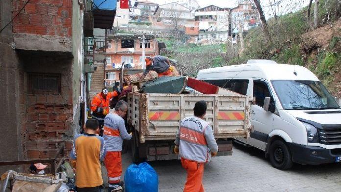 Akli Dengesi Bozuk Vatandaşın Evinden 3 Kamyon Çöp Çıktı