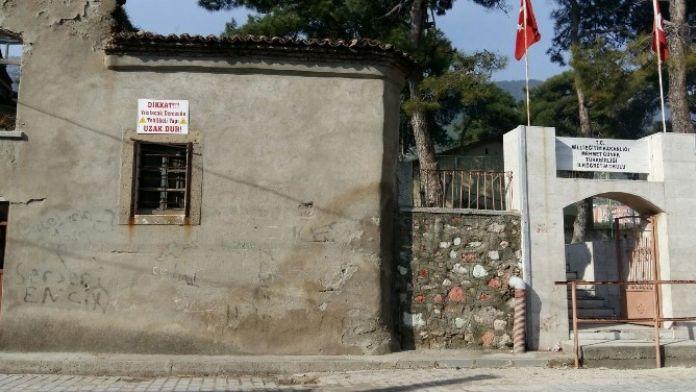 Tarihi Binalar Kırkağaç'ta Tehlike Saçıyor