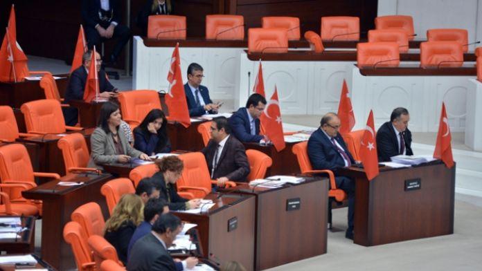 MHP'li vekiller Meclis'e bayraklarla geldi