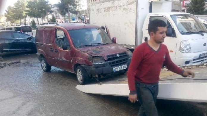 Kahta'da seyir halindeki araç yandı