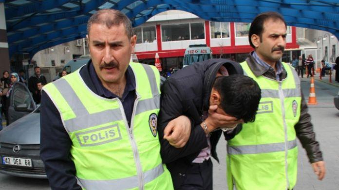 Para beklerken kağıt ve polisle karşılaştılar
