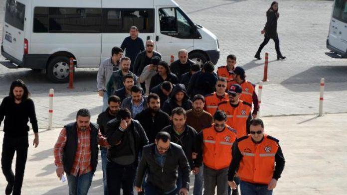 Göçmen kaçakçılığı şüphelisi 12 kişi adliyede