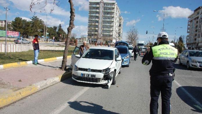 Adıyaman'da 2 Otomobil Çarpıştı