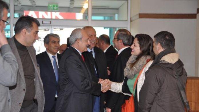 Kılıçdaroğlu, Pavey ve Okuyan havalimanında kısa bir sohbet yaptı