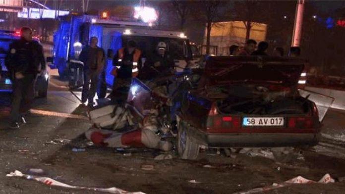 Ankara'da feci kaza sürücü araçta sıkıştı !