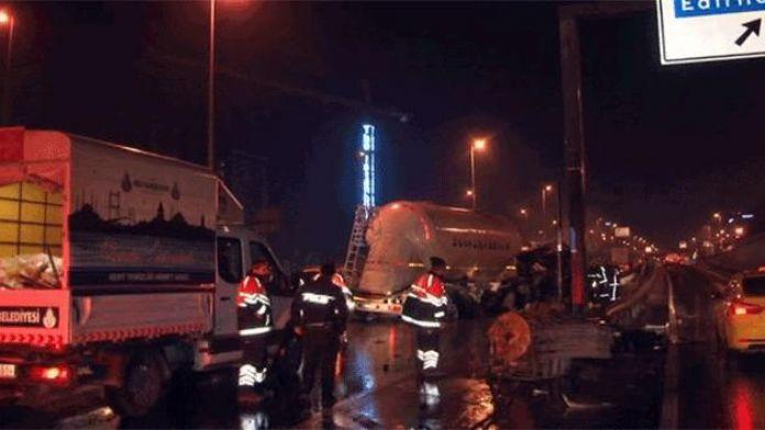 Beton tankeri bariyerlere çarptı! Sürücü kazayı hafif sıyrıklarla atlattı