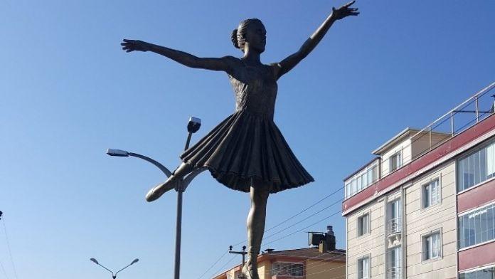Çaycuma'ya Balerin Heykeli
