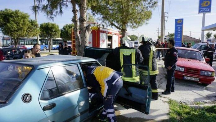 Denizli'de Ağaca Çarpan Araçtaki 2 Kişi Yaralandı