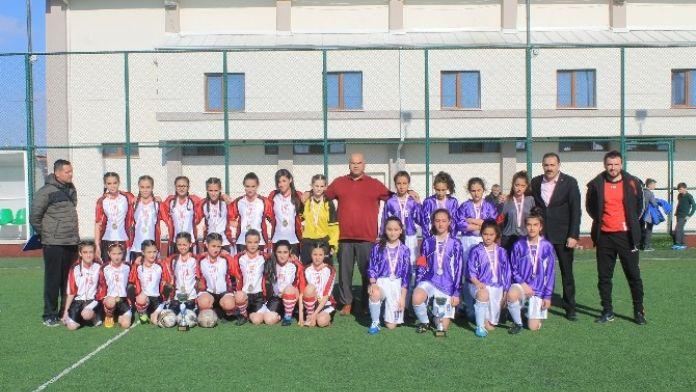 Yıldız Kızlar Futbolda Şampiyon İstiklal Ortaokulu Oldu