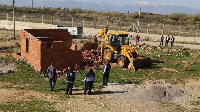 Aksu'da Metruk Bina Yıkıldı