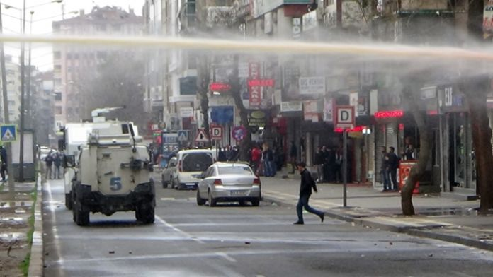 Diyarbakır karıştı: 2'si gazeteci 3 yaralı